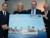 v.lks.: Dominic Paul, Lisa Bauer und Tom Fecke von Royal Caribbean International freuen sich über die Kooperation mit Gerd Drossel vom Hamburg Cruise Center e.V. (Foto: Royal Caribbean)
