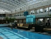 Luxus ist auch Platz am Pool: Das Pooldeck erstreckt sich über zwei Ebenen und ist von einem Magrodome überdacht (Foto: pg)