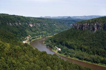Die Oberelbe fließt durch das Elbsandsteingebirge (Foto: Wikipedia/che)
