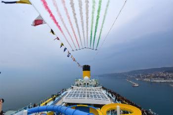 Die COSTA VENEZIA wurde anlässlich ihrer Taufe von den Italian Air Force's Frecce Tricolori verabschiedet Foto: Costa Kreuzfahrten